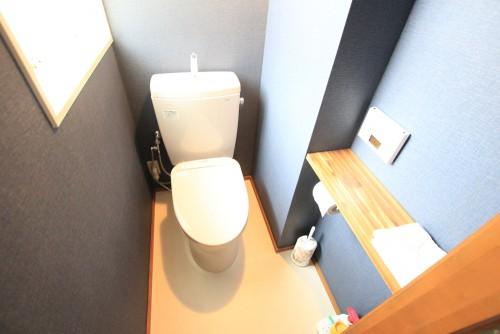 川崎市麻生区にあるリフォーム工房アントレのアクセントクロスでおしゃれなトイレリフォーム事例tt09_02