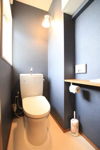 川崎市麻生区にあるリフォーム工房アントレのアクセントクロスでおしゃれなトイレリフォーム・リノベーション事例tt09_04